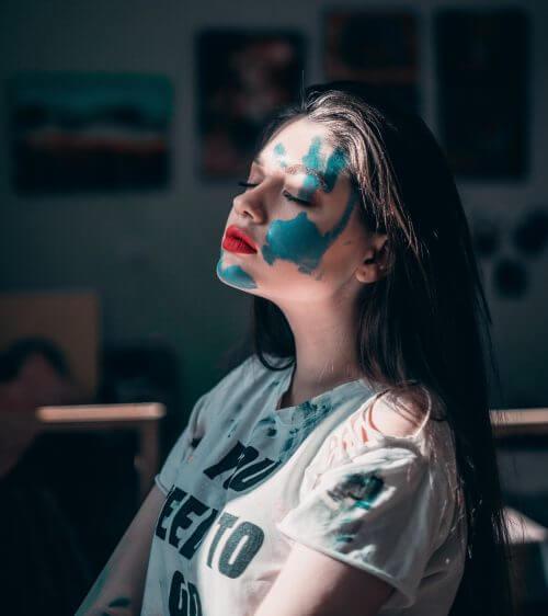 Künstlerin voll blauer Farbe
